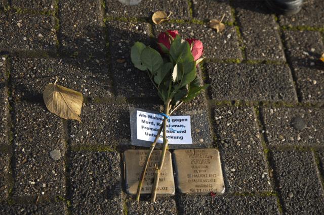 Rosen zum Gedenktag 09. November gelegt